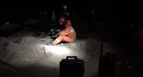 潍坊男童坠井14小时被救出 出井画面曝光