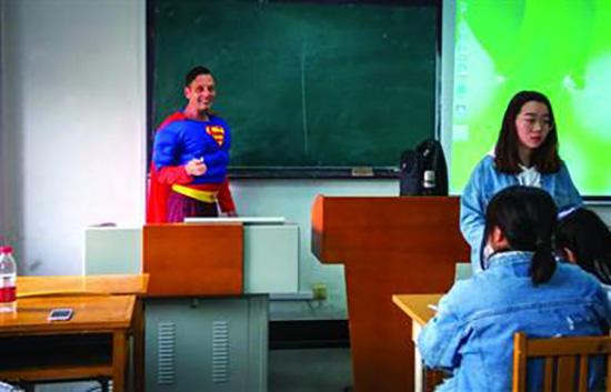 大学外教化身超人上课:一上午收获200多微笑