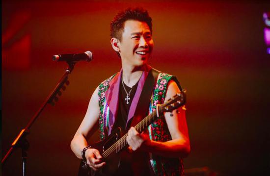 新加坡开唱麦克风莫名消音 陶喆淡定化解尴尬